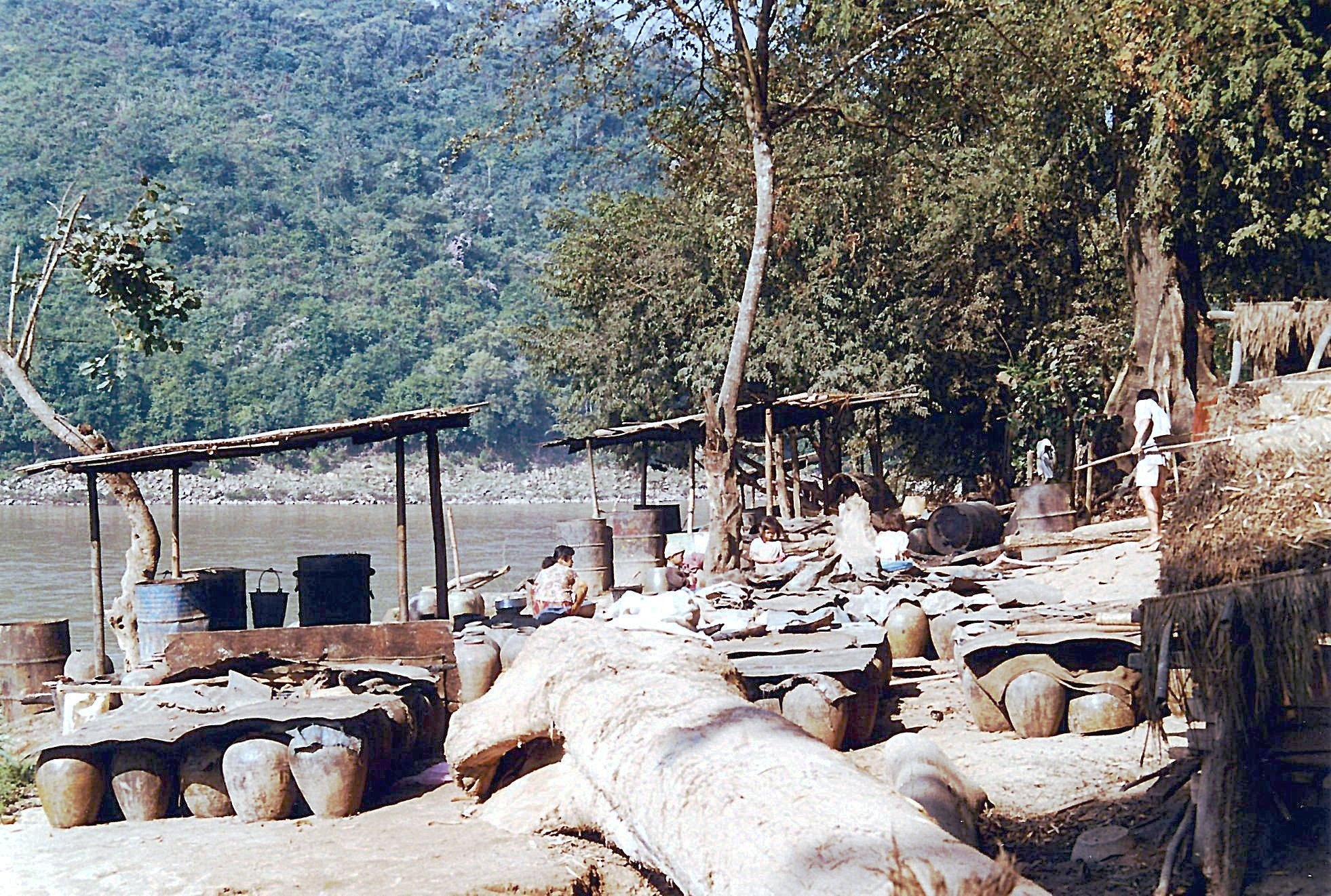 Distillation de l'eau de riz | Laos | Photo : LP